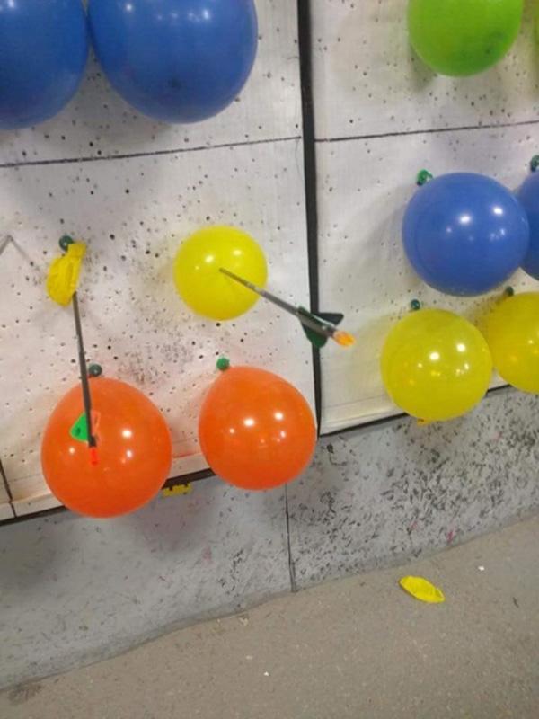 4. Quả bóng bay vẫn không nổ dù bị trúng tiêu!?