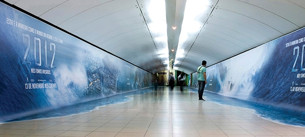Thảm họa đại hồng thủy 2012 đã ập đến hành lang tàu điện ngầm rồi. Hẳn là những hành khách đang hối hả bước đi đã được một phen hoảng hồn khi chợt nhìn thấy... nước tràn ra cả lối đi như thế này.
