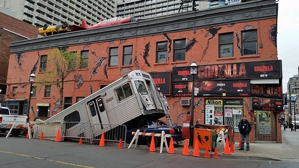 Cảnh tượng đổ nát tan hoang sau khi góc phố này bị thằn lằn khổng lồ Godzilla tấn công là một hình ảnh sẽ để lại dấu ấn khó phai trong mắt người đi đường, khiến họ không thể không đến rạp xem phim.