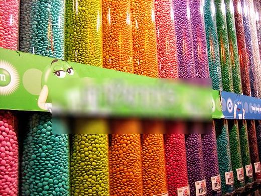 Một cửa hiệu kẹo trở thành một thiên đường đích thực với những núi kẹo bảy sắc cầu vồng. (Ảnh: Internet)