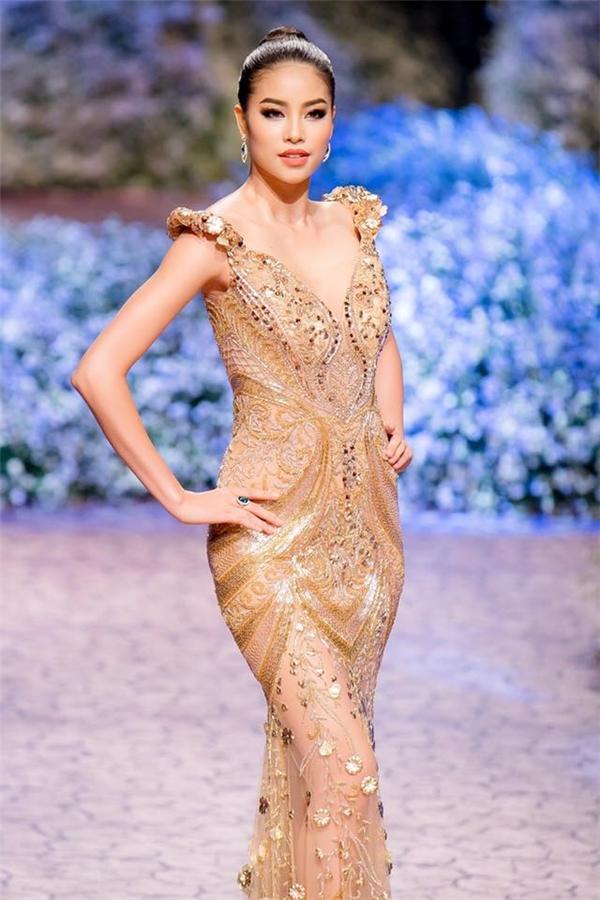 Đăng quang Hoa hậu Hoàn vũ Việt Nam 2015, Phạm Hương được khen ngợi hết lời bởi thân hình đồng hồ cát gợi cảm. Tuy nhiên, số đo vòng 1 lúc đó của người đẹp chỉ là 78 cm. Sau khoảng thời gian tập luyện, phía Phạm Hương cho biết chỉ số đã tăng lên 82 cm. Và đây là thời điểm cô dự thi Hoa hậu Hoàn vũ 2015.