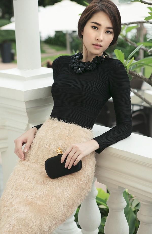 """Được ví von là """"thần tiên tỉ tỉ"""" nhưng Đặng Thu Thảo vẫn có những điểm trừ nhất định. Ngoài đôi chân cong, vòng 1 của Hoa hậu Việt Nam 2012 cũng thuộc tuýp khiêm tốn. Những bộ váy xòe điệu đà hay voan lụa mềm mại cúp ngực luôn phân tán điểm nhìn của người đối diện với hình thể của Đặng Thu Thảo."""