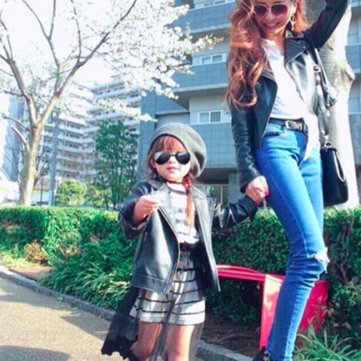 Cô bé học tập phong cách thời trang từ mẹ.