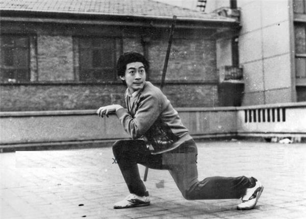 Lục Tiểu Linh Đồng (Tôn Ngộ Không) luôn phải tập luyện võ nghệ trên phim trường trong giờ giải lao.