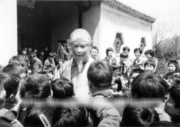 Trẻ con quây quần quanh Lục Tiểu Linh Đồngtrên phim trườngvà cố gắng chạm vào người ông.