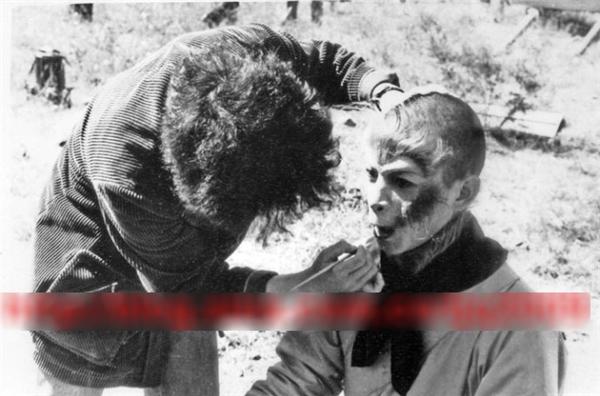 Lục Tiểu Linh Đồng phải thức dậy rất sớm để hóa trang, lông giả và keo được dán chặt vào mặt, chỉ chừa mắt, miệng và hai lỗ mũi, khiến ông không thể há miệng để ăn sáng được.