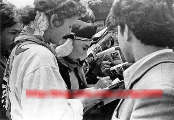 Lúc quay phim ở Tô Châu, khán giả vây kín đoàn làm phim để xin chữ ký các diễn viên.