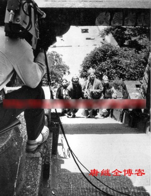 4 diễn viên chính phải ghi hình cảnh leo lên hơn 100 bậc thang dưới cái nắng gay gắt 40oC tại Cửu Hoa Sơn, cứ vài bậc thang họ lại nghỉ để đoàn làm phim chỉnh lại đạo cụ, khiến người nào cũng vã mồ hôi như tắm.