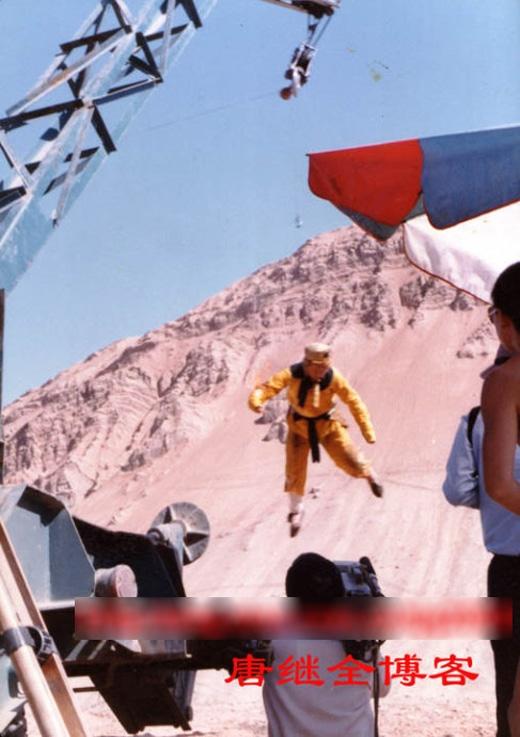 Một cảnh bay lượn được trợ giúp bởi cần cẩu.