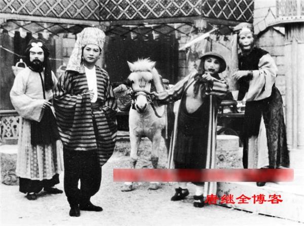 Một cảnh 4 thầy trò mặc đồ ăn trộm.