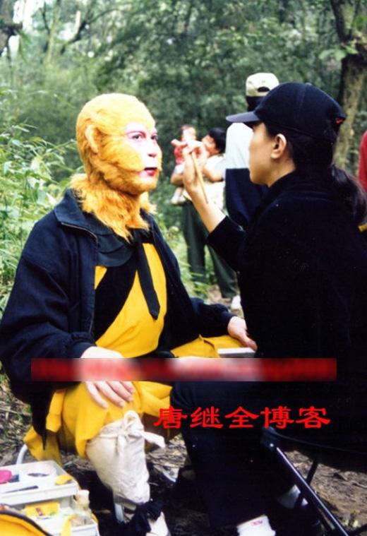 """Lục Tiểu Linh Đồng liên tục được """"chăm sóc"""" rất kỹ khâu hóa trang."""