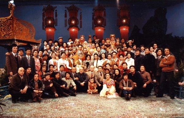 Dàn diễn viên cùng đoàn làm phim chụp ảnh lưu niệm.