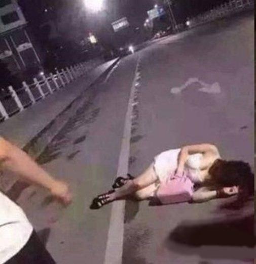 """Cô gái trẻ gục ngã ngay giữa đường vì say """"quắc cần câu"""". (Ảnh: Internet)"""