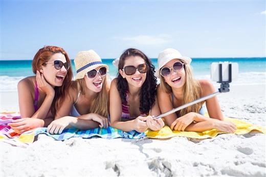 Ai mà chẳng muốn cùng hội cạ cứng selfie giữa bãi biển ngập nắng thế này?