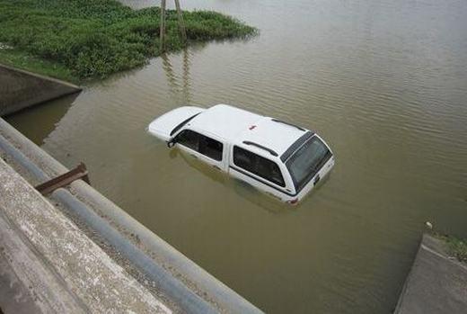 Đập vỡ của kính để có thể thoát ra khi xe bị rơi xuống nước. (Ảnh: Internet)