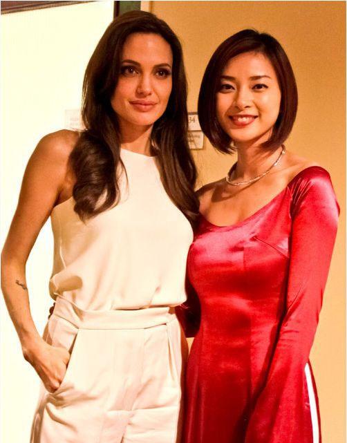 Nếu như Ngô Thanh Vân gây ấn tượng bởi vẻ ngoài đằm thắm, dịu dàng thì Angelina Jolie khiến người đối diện không thể rời mắt bởi nhan sắc mặn mà, hiện đại.