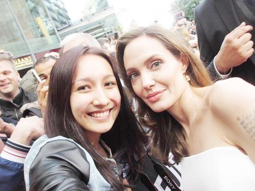 Con gái Mỹ Linh - ca sĩ Anna Trương có dịp được chụp ảnh cùng nữ diễn viên danh giá của thế giới Angelina Jolie.
