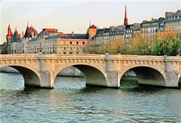 4. Pont Neuf là cây cầu lâu đời nhất Paris, có niên đại từ năm 1604. (Ảnh: Internet)