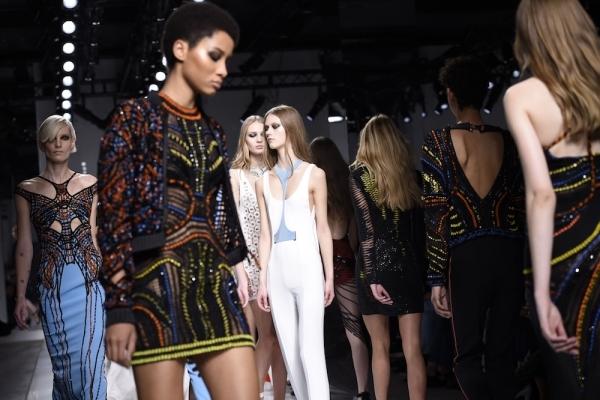 38. Trong giới thời trang, Paris thể hiện rõ quyền lực tối thượng của mình khi là thành phố chỉ để dành để trình diễn các bộ sưu tập thời trang cao cấp (haute couture shows). (Ảnh: Internet)