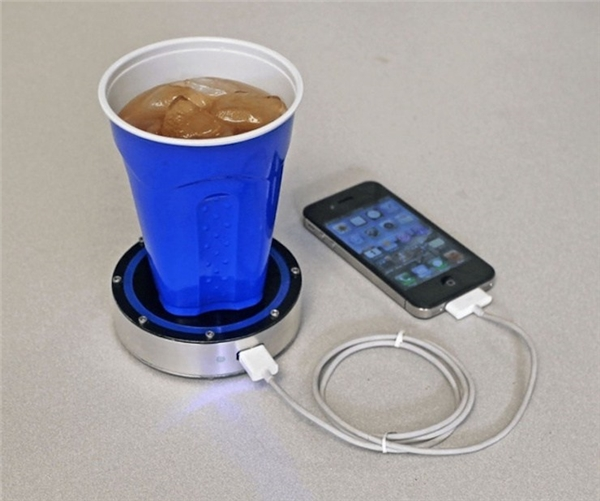 Vừa thưởng thức trà vừa sạc pin điện thoại, quả là một chiếc cốc tuyệt vời. (Ảnh: Internet)