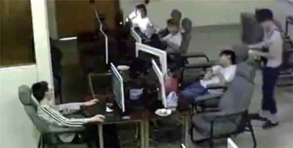 Hình ảnh nam sinh bị điện giật được ghi lại từ camera an ninh. Ảnh: Reddit.