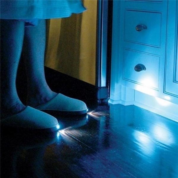 Đôi dép phát sáng vào ban đêm giúp bạn di chuyển dễ dàng và tránh va đập với các vật dụng xung quanh. Bạn có muốn một đôi như thế này không? (Ảnh: Internet)