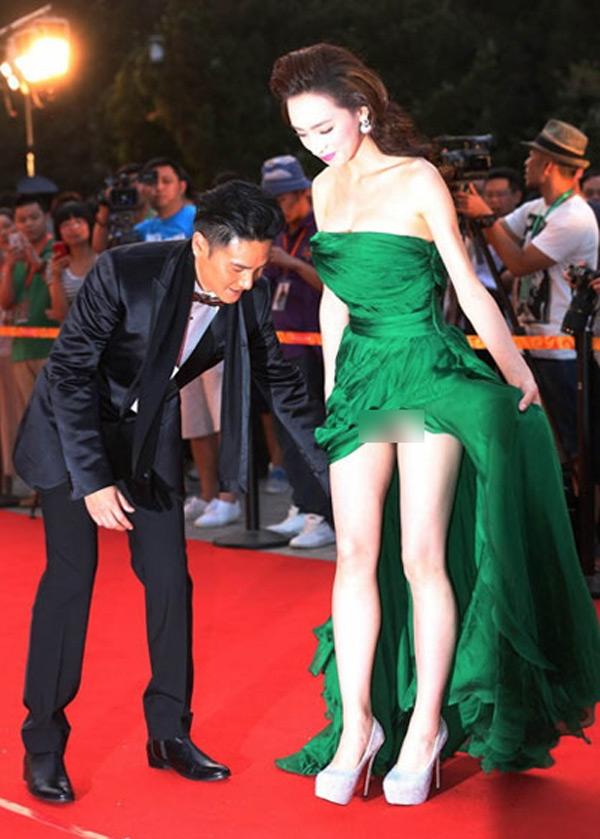 Diễn viên Hoàng Tiểu Qua bị chỉ trích cố tình vén váy để tạo sự chú ý trong lễ ra mắt phim 'Tinh trung Nhạc Phi'.