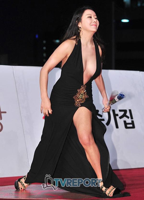 Không ít người đẹp từng thành tâm điểm sự kiện do trượt ngã. Dự thảm đỏ Rồng Xanh (Hàn Quốc), diễn viên Ha Na Kyung diện váy cắt khoét táo bạo. Mải tạo dáng, cô vấp ngã trên thảm đỏ. Tuy nhiên không ít khán giả cho rằng nữ diễn viên đã tập dượt cho màn ngã này, bởi gương mặt cô khi ngã không lộ biểu cảm hốt hoảng mà rất bình thản.