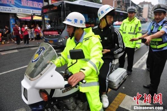 Sáng 7/6, mưa lớn tại thành phố Nghi Xương, khiến việc đi lại của thí sinh gặp nhiều khó khăn. Cảnh sát giao thông đã được huy động để giúp thí sinh đến địa điểm thi kịp thời.