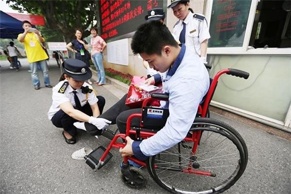 Thậm chí ngay cả người tàn tật cũng phải kiểm tra nghiêm ngặt và kĩ lưỡng trước khi được vào phòng thi.