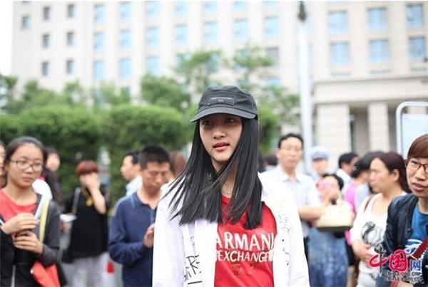 Quan Hiểu Đồng (1997) nữ diễn viên nổi tiếng của Trung Quốc cũng tham gia kì thi năm nay. Hiểu Đồng cho biết, để chuẩn bị cho cuộc thi này, cô đã phải dành 12 tiếng mỗi ngày để ôn tập bài vở.