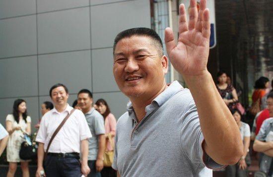 """Lương Thạch (49 tuổi, người Tứ Xuyên) là sĩ tử đặc biệt nhất Trung Quốc. Ông bắt đầu dự thi đại học từ năm 16 tuổi nhưng may mắn chưa mỉm cười với ông. """"Đây là nỗ lực cuối cùng của tôi. Nếu tiếp tục thất bại, tôi sẽ không đi thi nữa"""" - anh chia sẻ."""