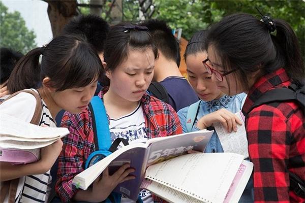 Một nhóm thí sinh nữ tranh thủ ôn lại bài trước khi vào thi.