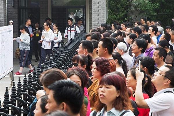 Phụ huynh đứng đông nghẹt chờ các sĩ tử thi xongtại Nam Kinh, Giang Tô.