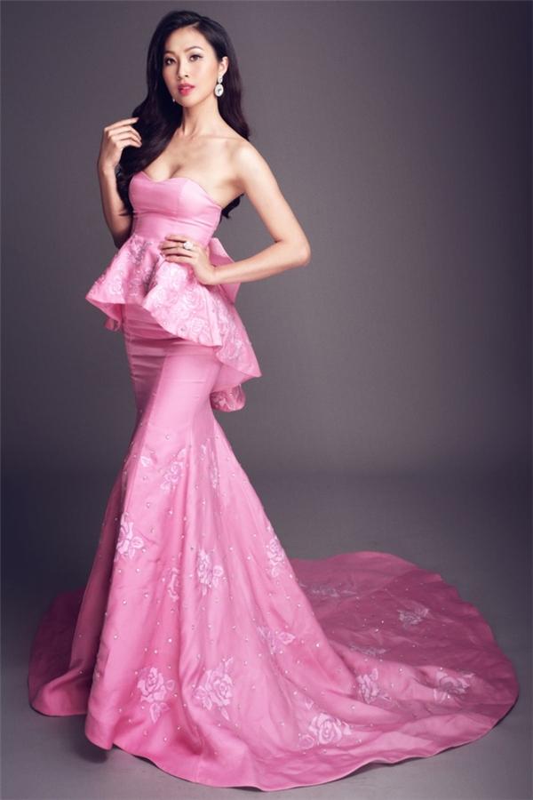 Thiết kế của Audrey Hiếu Nguyễn dành cho tân Hoa khôi Áo dài Việt Nam Diệu Ngọc trong đêm chung kết lấy sắc hồng làm chủ đạo kết hợp họa tiết hoa thêu tay, đá quý đính kết.