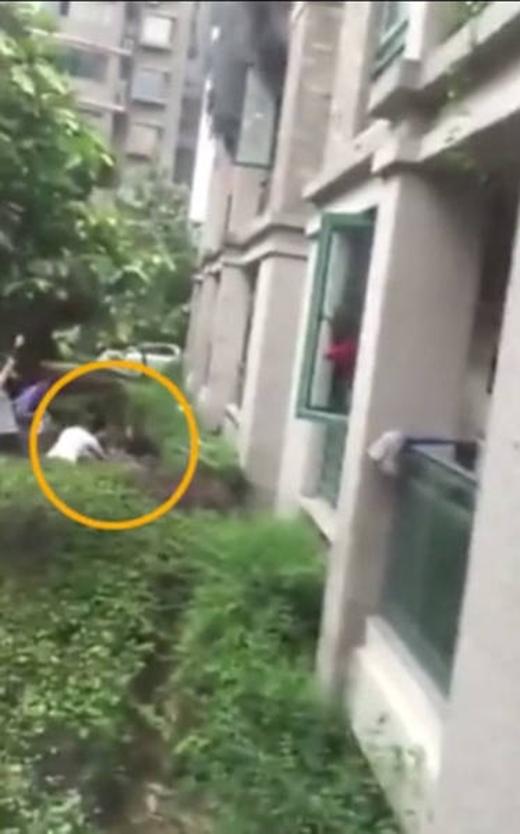 Những người hàng xóm đã đỡ được đứa bé.