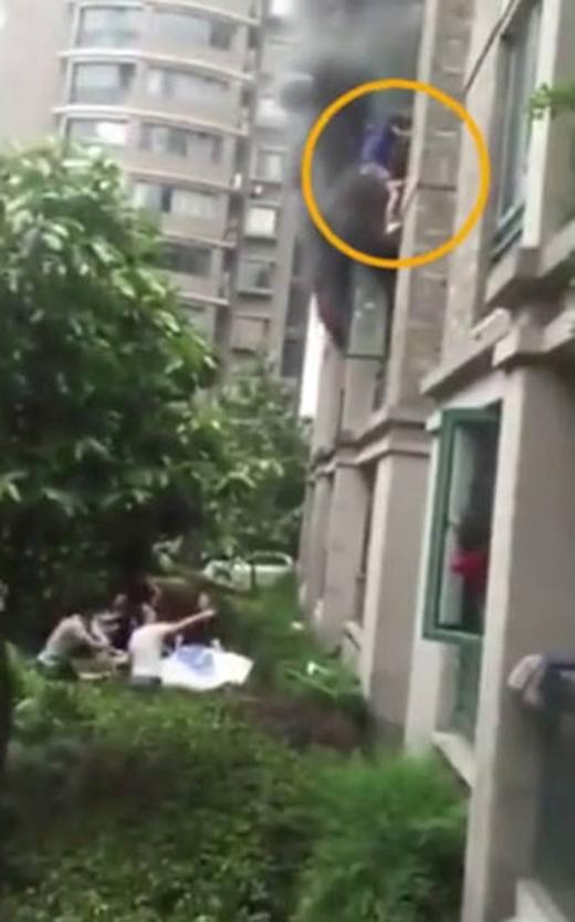Người đàn ông an toàn thoát khỏi căn hộ.