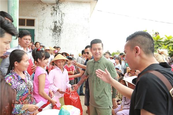 Bà con tại Quảng Bình vô cùng xúc động khi được gặp Tuấn Hưng và lắng nghe nam ca sĩ chia sẻ.