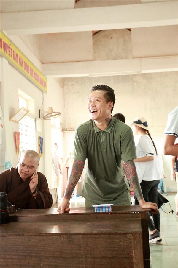 Ca sĩ Tuấn Hưng tận tay trao quà cho 500 người dân tại Quảng Bình