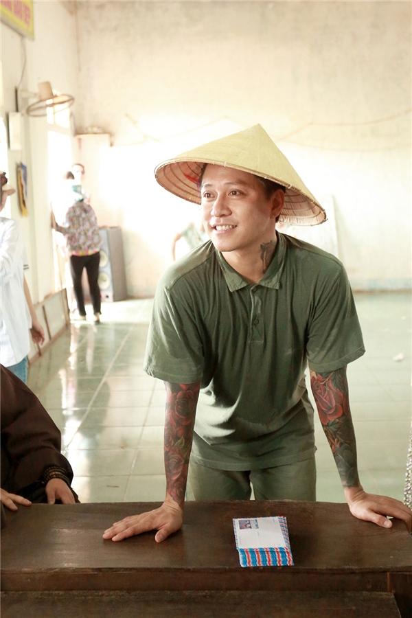 Được biết Tuấn Hưng đã trao tặng 518 phần quà cho tất cả các hộ dân nghèo và cận nghèo tại thôn Cừa Thôn, Xã Hải Ninh,tỉnh Quảng Bình.