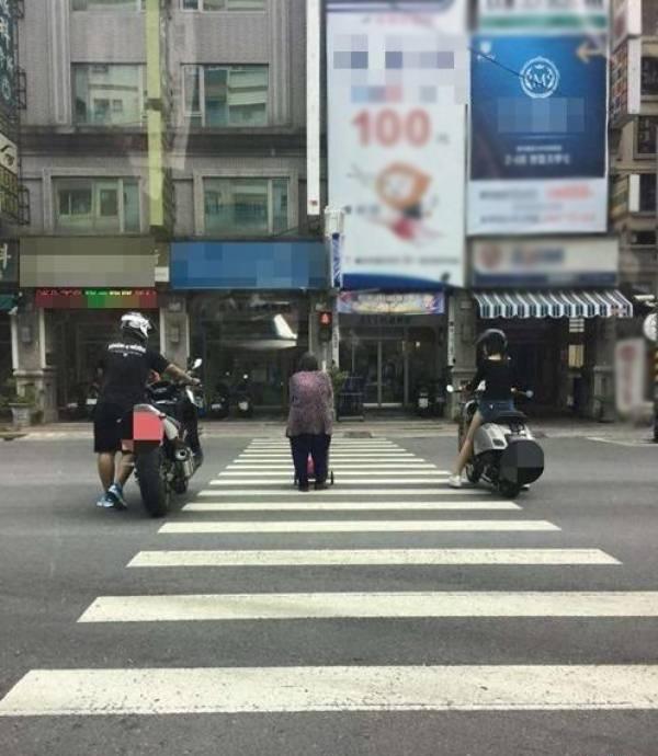 Một nốt lặng giữa đường phố ồn ào, náo nhiệt, vội vã, bon chen