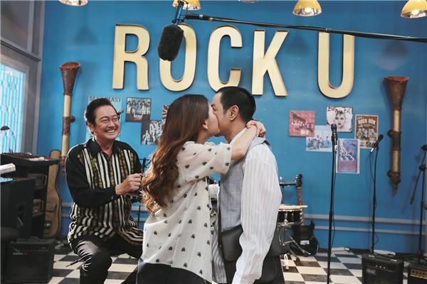 Thái Hòa bối rối khi bị thánh nữ fan cuồng khóa môi