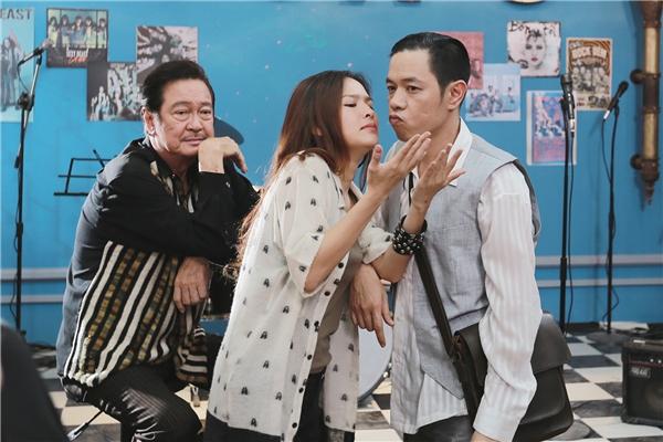 Phân cảnh này được xem là khá khó khăn với cả hai diễn viên,khiến Thái Hòa không ít lầnbị đơ.