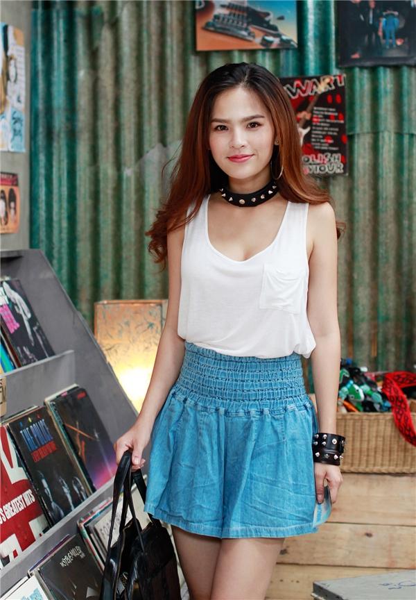 """Thế nhưng tên tuổi cô chỉbắt đầu thu hút giới trẻ từkhi tham gia vào loạt phim hài ngắn trên mạng online. Phi Huyền Trang nhận khánhiều sự quan tâm và đượccộng đồng mạng đặt biệt danh là""""thánh nữ""""."""
