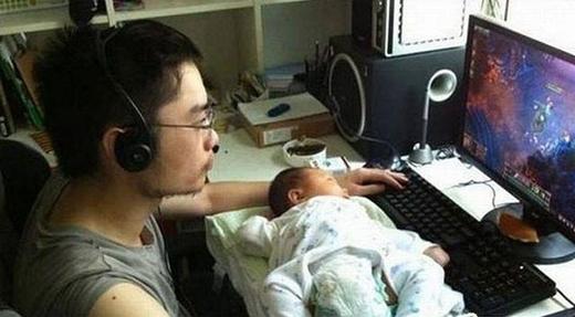"""""""Con ơi ngủ ngoan cho bố chơi nào!"""" (Ảnh: Internet)"""