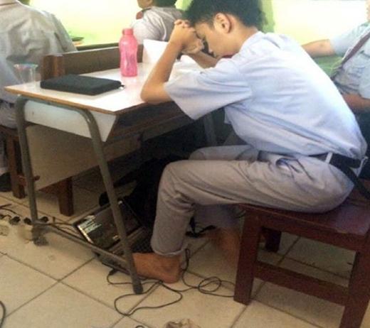 """Không cho xài trong lớp thì anh vẫn """"lách"""" được nhé. (Ảnh: Internet)"""