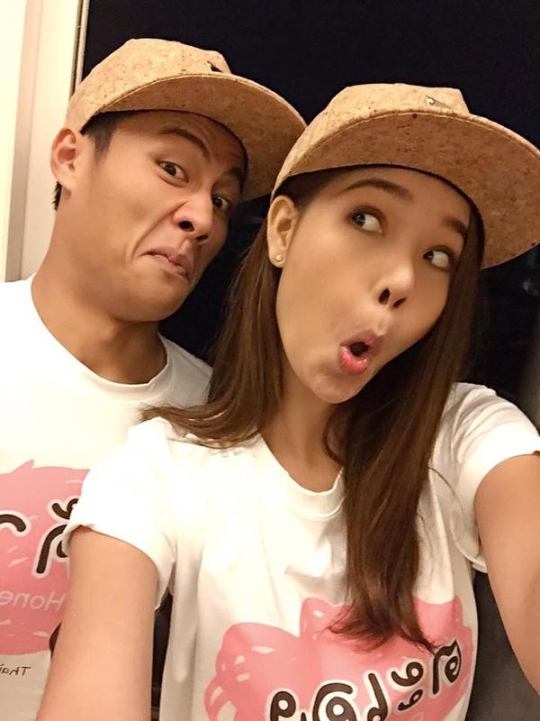 """Cặp đôi cũng ưa thích mặc áo đôi, mũ đôi để khẳng định """"chủ quyền"""". - Tin sao Viet - Tin tuc sao Viet - Scandal sao Viet - Tin tuc cua Sao - Tin cua Sao"""