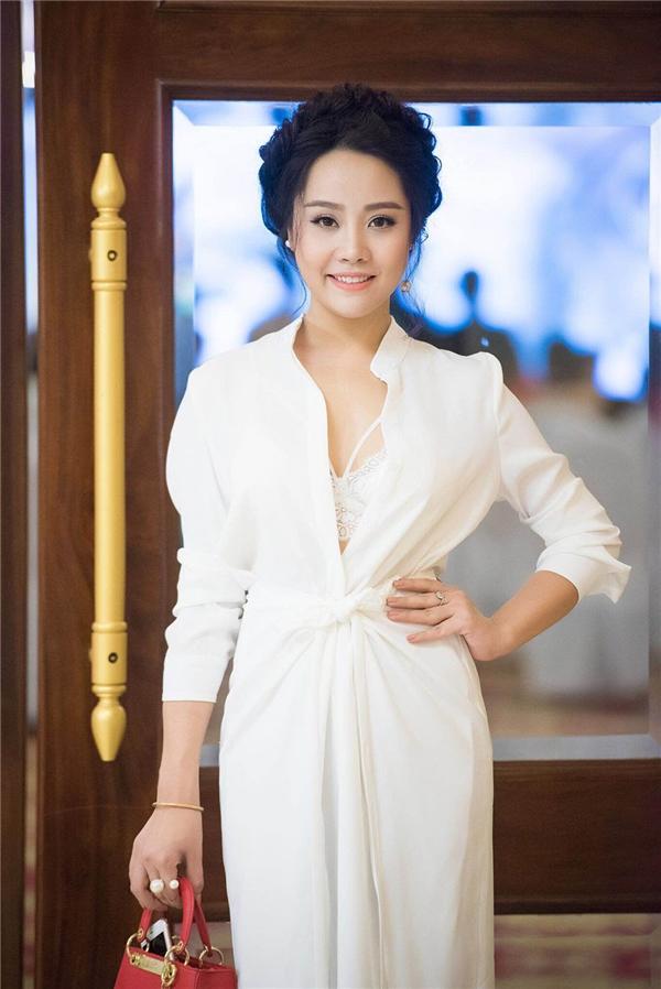 Trần Yến Hoa diện váy trắng xẻ ngực sâu kết hợp bra-top trên nền chất liệu ren mềm mại hợp xu hướng.