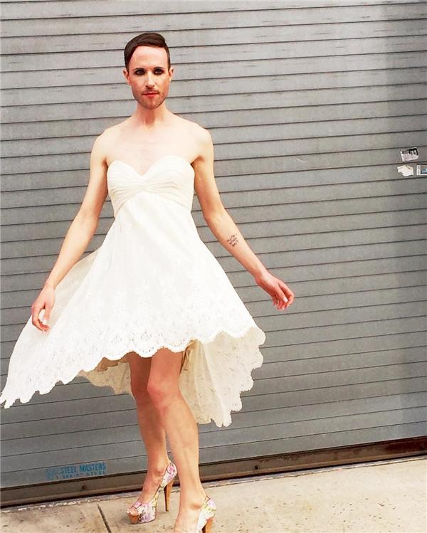 Jeffrey truyền cảm hứng sống cho giới LGBT không chỉ bằng những bài viết, bài nói chuyện của mình mà còn qua cách ăn mặc lạ đời, phóng khoáng và linh hoạt.(Ảnh: Instagram)