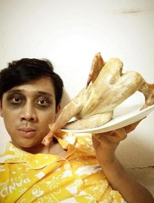 """Khi nhìn thấy tấm hình này, đa phần khán giả nghĩ rằng để có được con gà, nam MC phải trả cái giá """"khá đắt"""". - Tin sao Viet - Tin tuc sao Viet - Scandal sao Viet - Tin tuc cua Sao - Tin cua Sao"""